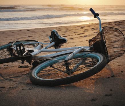 bicicleta en playa guiones